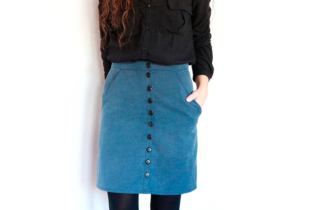 falda con bolsillos y abotonadura central